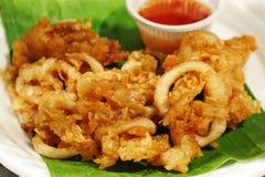 `在泰国油炸了乌贼用大蒜`街道食物 免版税库存图片
