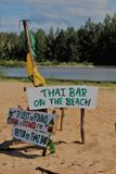 在泰国海滩的土气标志 免版税库存图片