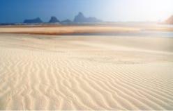 在泰国海滩的清楚的白色沙子 免版税库存照片