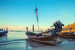 在泰国海滩的Longtale小船 Paradice沙子海滩地方 在清楚的水和蓝色日出天空的小船 免版税图库摄影