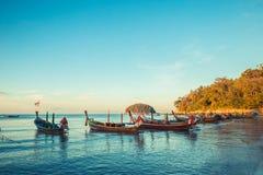 在泰国海滩的Longtale小船 Paradice沙子海滩地方 在清楚的水和蓝色日出天空的小船 免版税库存图片