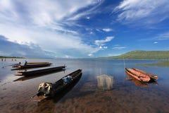 在泰国湖的淡水养渔小船 免版税库存照片