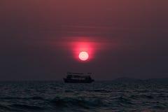 在泰国湾的海岸的五颜六色的日落 免版税库存图片