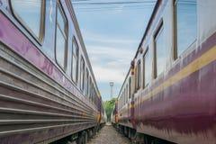 在泰国火车之间来路不明的飞机  免版税图库摄影