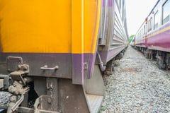 在泰国火车之间来路不明的飞机  库存照片