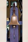 在泰国火车站的黄铜响铃。 库存图片