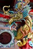 在泰国的中国寺庙的龙雕象 免版税库存照片