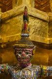 在泰国的塔的附近巨型立场wat prakaew的 库存图片