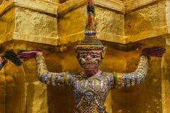在泰国的塔的附近巨型立场wat prakaew的 免版税图库摄影