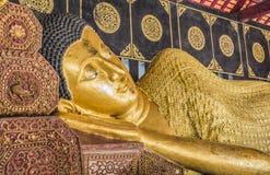在泰国的寺庙的斜倚的菩萨金雕象 免版税库存图片
