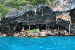 在泰国的海岛上的洞 库存照片