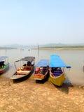 在泰国的湖的旁边渔船停车处 免版税库存照片