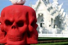 在泰国的白色寺庙的红色头骨 免版税库存照片