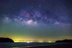 在泰国的银河星系在晚上 免版税库存照片