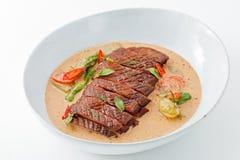 在泰国红色咖喱, Gaeng Ped杨的切的烤鸭子,有白色背景 免版税库存照片