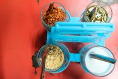 在泰国街道食物设置的顶视图调味品的关闭 调味品设置了糖、胡椒、醋和落花生泰国食物的或 库存图片