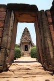 在泰国视图的老岩石城堡通过门框 库存照片