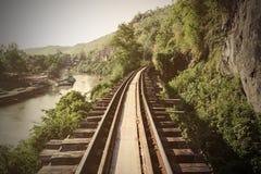 在泰国训练与河的轨道和山景 免版税库存照片
