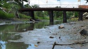 在泰国首都曼谷附近降低水杠杆在运河的 影视素材