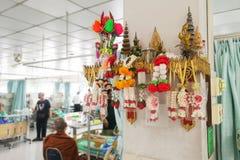 在泰国医院里面的许多菩萨雕象 免版税库存照片