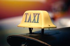 在泰国tuk tuk屋顶的老出租汽车标志 库存图片