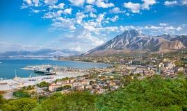 在泰尔米尼伊梅雷塞,西西里岛港口的美好的全景  图库摄影