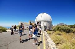 在泰德峰天文学观测所的游人参观的望远镜2015年7月7日在特内里费岛,加那利群岛,西班牙 图库摄影