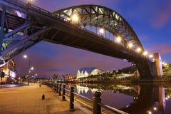 在泰恩河的桥梁在新堡,英国在晚上 库存照片