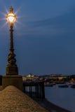 在泰晤士一边的街灯在伦敦 库存图片
