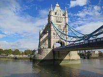 在泰晤士河伦敦的塔桥梁 库存照片