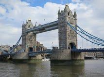 在泰晤士河伦敦的塔桥梁 免版税库存图片