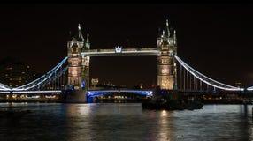 在泰晤士河伦敦英国的塔桥梁在晚上 库存图片