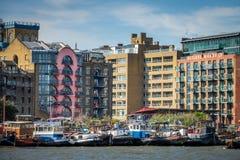 在泰晤士河和小船停泊的驳船 库存照片