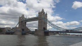 在泰晤士河的伦敦伦敦塔桥图象在城市街市在一好日子 股票视频