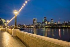在泰晤士河的伦敦地平线在晚上 免版税库存照片