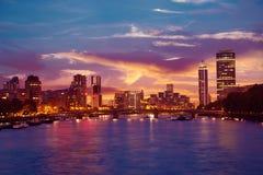 在泰晤士河的伦敦日落在大本钟附近 免版税库存照片