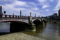 在泰晤士河的兰贝斯桥梁 库存照片