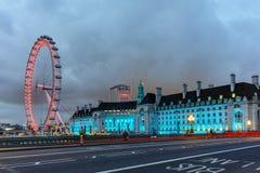 在泰晤士河的南岸伦敦眼在晚上在伦敦,大英国 免版税图库摄影