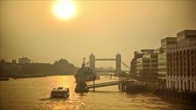 在泰晤士河的发光的早晨,塔桥梁在背景中 股票录像