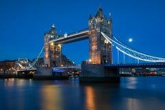 在泰晤士河的塔桥梁在伦敦,英国 库存照片