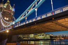 在泰晤士河的塔桥梁 被停泊的晚上端口船视图 库存图片