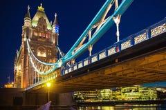 在泰晤士河的塔桥梁 被停泊的晚上端口船视图 免版税库存图片