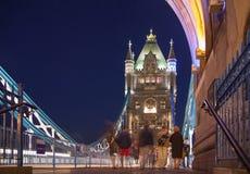 在泰晤士河的塔桥梁 被停泊的晚上端口船视图 库存照片