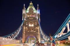 在泰晤士河的塔桥梁 被停泊的晚上端口船视图 免版税图库摄影
