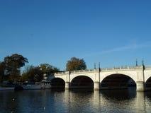 在泰晤士河的桥梁在金斯敦 库存图片