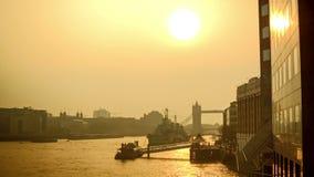 在泰晤士河的美好的反射与塔桥梁的早晨 影视素材