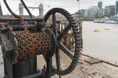 在泰晤士河的老工业绞盘 免版税图库摄影