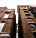 在泰晤士河的被更新的老大厦 免版税库存照片