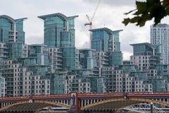 在泰晤士河的银行的现代住房 库存照片
