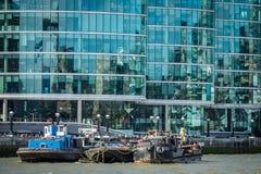 在泰晤士河的驳船 图库摄影